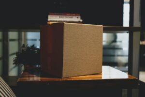 When you know how to pack your boxes properly and establish a little system, the relocation will go smoothly. Here are some tips to pack your boxes easily.
